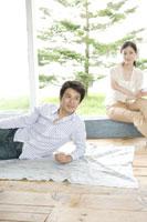 リビングでくつろぐ夫婦 02299004677| 写真素材・ストックフォト・画像・イラスト素材|アマナイメージズ