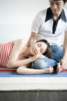 膝枕をするカップル 02299004683| 写真素材・ストックフォト・画像・イラスト素材|アマナイメージズ