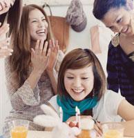 ケーキを囲む20代女性4人
