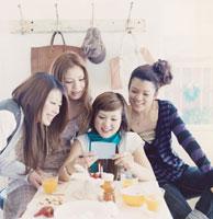 写真を見る20代女性4人