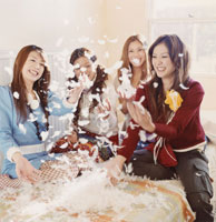 羽毛を散らす20代女性4人