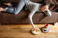 ソファで寝転ぶ女性