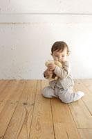 室内で遊ぶ赤ちゃん 02299004868| 写真素材・ストックフォト・画像・イラスト素材|アマナイメージズ