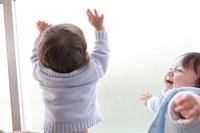 室内で遊ぶ2人の赤ちゃん 02299004911| 写真素材・ストックフォト・画像・イラスト素材|アマナイメージズ