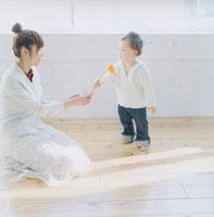 室内で遊ぶ赤ちゃんと女性