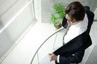 階段途中で上着を羽織る男性 02299004963| 写真素材・ストックフォト・画像・イラスト素材|アマナイメージズ