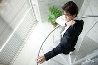 階段途中で上着を羽織る男性 02299004964| 写真素材・ストックフォト・画像・イラスト素材|アマナイメージズ