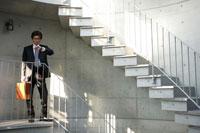 階段の踊り場で時計を見る男性 02299004967  写真素材・ストックフォト・画像・イラスト素材 アマナイメージズ
