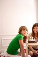 笑顔でケーキを囲む2人の女性