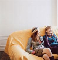 ソファに座る2人の女性