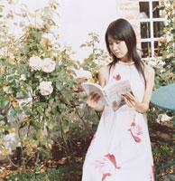 庭で本を読む20代女性 02299005050| 写真素材・ストックフォト・画像・イラスト素材|アマナイメージズ