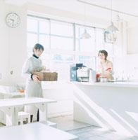 カフェで働く2人の女性