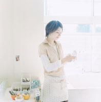 グラスを拭いている女性