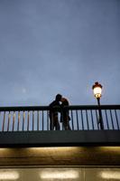 橋の上でキスをするカップル