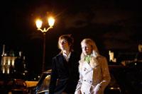 夜の街角にいるカップル