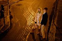 夜の街角に立つカップル