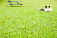 公園で遊ぶ2人の女の子