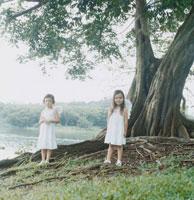 天使の羽根をつけた女の子2人