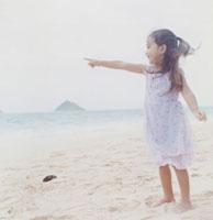 海を指差す女の子