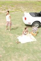 ピクニックをする女性2人