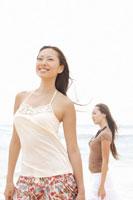 浜辺にいる20代女性2人