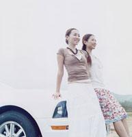 車によりかかる20代女性2人