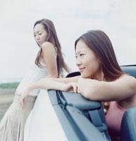 オープンカーと20代女性2人