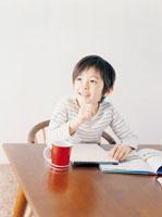 勉強をしている男の子 02299005356| 写真素材・ストックフォト・画像・イラスト素材|アマナイメージズ