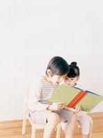 絵本を読んでいる兄妹 02299005357A| 写真素材・ストックフォト・画像・イラスト素材|アマナイメージズ