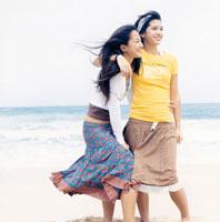 海辺にいる20代女性2人