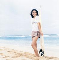 サーフボードを持っている20代女性