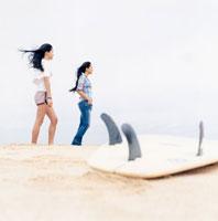 浜辺に立つ20代女性2人