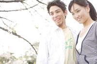 桜とカップル