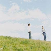 土手を歩くカップル