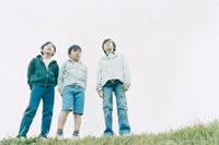 遠くを見る3人の少年