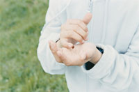 テントウムシがとまった子供の手