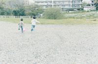 ボールを追いかけて走る少年2人
