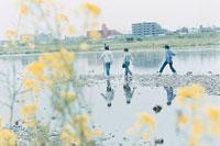 川辺を歩く3人の少年 02299005568| 写真素材・ストックフォト・画像・イラスト素材|アマナイメージズ