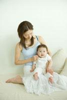 赤ちゃんとお母さん 02299005606A| 写真素材・ストックフォト・画像・イラスト素材|アマナイメージズ