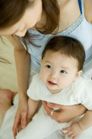 赤ちゃんとお母さん 02299005607| 写真素材・ストックフォト・画像・イラスト素材|アマナイメージズ