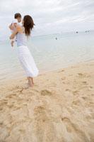 海辺にいるお母さんと赤ちゃん