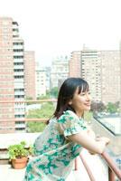 バルコニーで景色を眺める女性