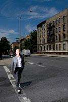 街を歩くシニア男性 02299005729| 写真素材・ストックフォト・画像・イラスト素材|アマナイメージズ