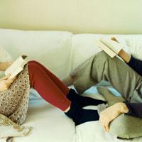 本を開いて座るカップルの足 02299005743| 写真素材・ストックフォト・画像・イラスト素材|アマナイメージズ