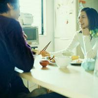 食事をするカップル 02299005768| 写真素材・ストックフォト・画像・イラスト素材|アマナイメージズ