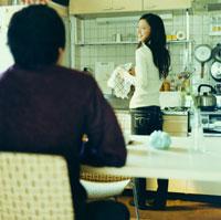 キッチンで話すカップル