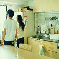 キッチンで窓の外を見るカップル