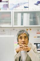 パソコンの前で考えるビジネスマン