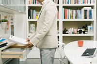 資料を見るビジネスマン 02299005832| 写真素材・ストックフォト・画像・イラスト素材|アマナイメージズ