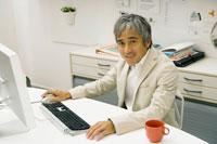 パソコンを操作するビジネスマン 02299005841| 写真素材・ストックフォト・画像・イラスト素材|アマナイメージズ